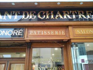 """Dans le centre historique de Chartres.  À deux pas de la cathédrale ; la boulangerie """"au bon croissant de Chartres"""" retrouve son aspect initial.  Les menuiseries chêne sont restaurées.  Des verres églomisés sont recréés pour terminer l'ouvrag"""