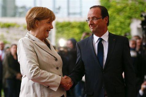 """Hollande et Monti se battent pour l'Europe pendant que les """"anti"""" se paluchent"""