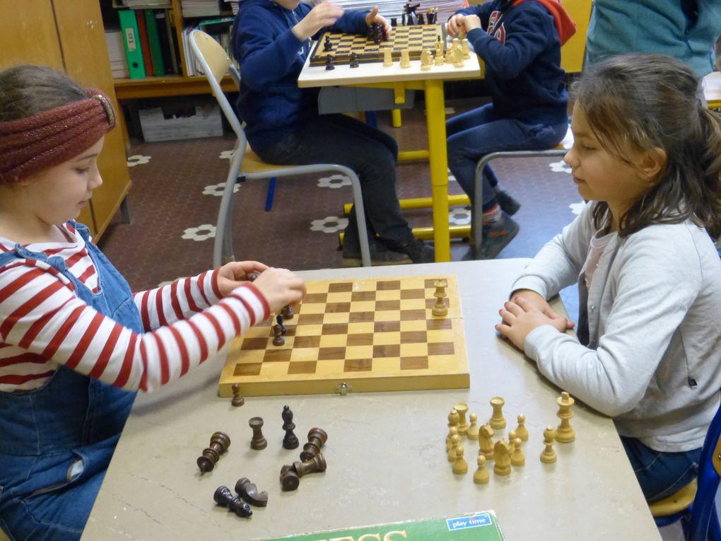 Les élèves de CP2 UEE O. CLERET jouent aux échecs