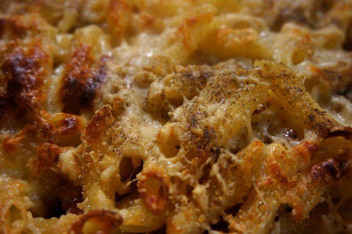 Vue rapprochée du gratin créole de macaronis à l'edam