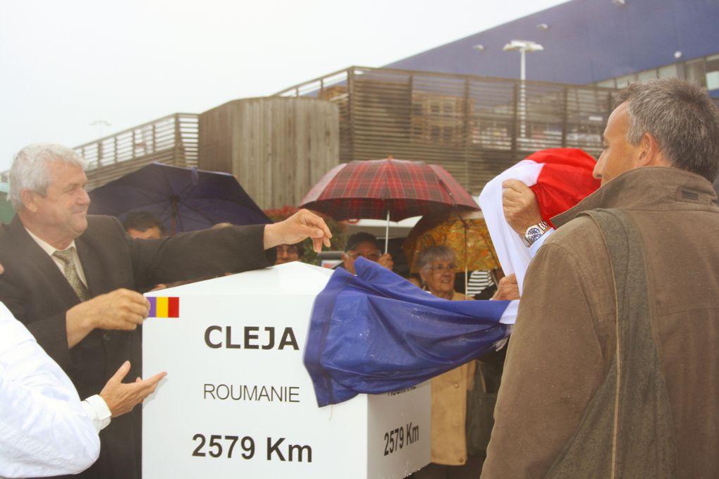 Vue de l'inauguration par MM. les Maires, sous la pluie, le 29 mai, de la borne kilométrique de Saint-Herblain (bd Allende) indiquant la distance de Cleja (Roumanie), ville jumelle de Saint-Herblain depuis deux jours !