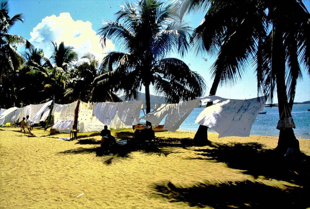 Au nord-ouest de Madagascar, au sud de l'île de Nosibé, il y a cette île tranquille où les femmes brodent des motifs variés et colorés sur des nappes venues de la Grande Ile. La lumière y est incroyable, saturée de contrastes, du matin au soir.