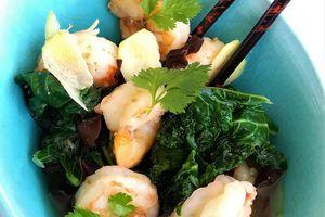 Crevettes sautées à l'ail, Bouillon léger aux Champignons Noirs et Chou Kale
