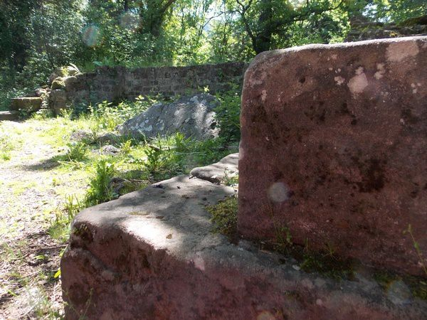 Les deux blocs de porphyre de la chapelle Saint Jacques