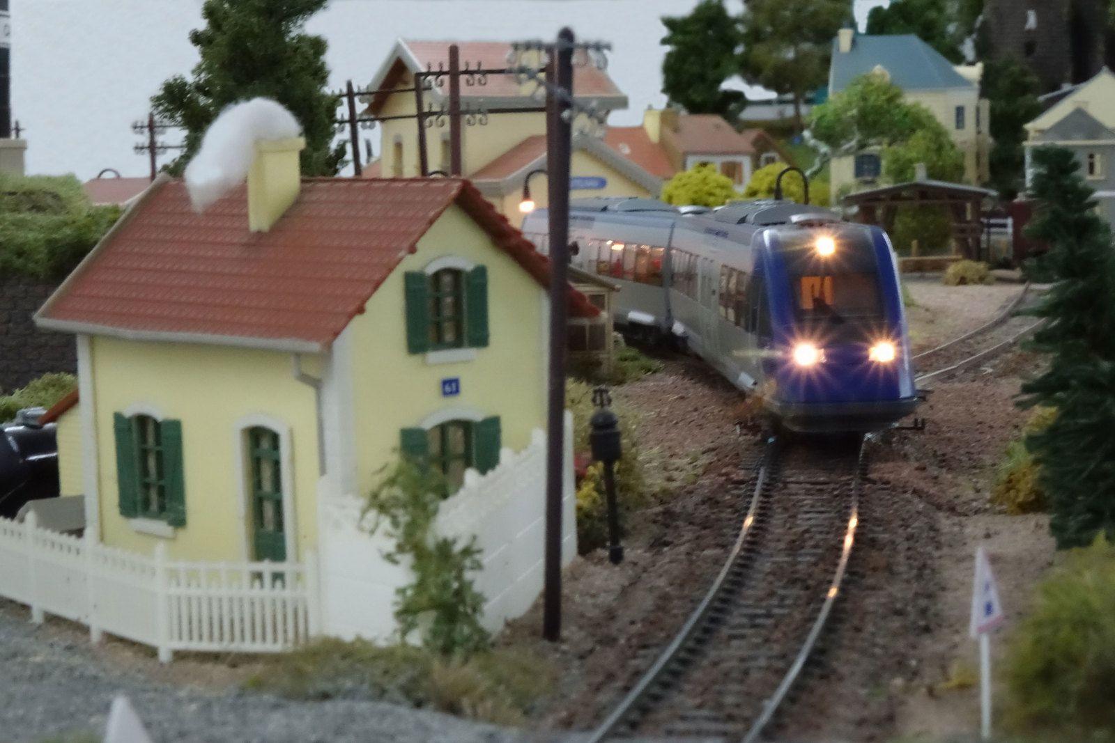 En fin d'après-midi, un X 72500 quitte la gare de Castelnau et se dirige vers Courbeville.