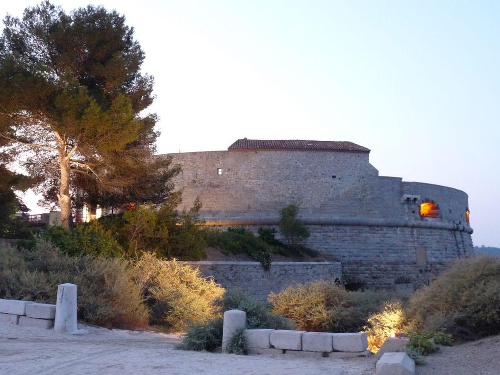 Aux alentours de la tour royale  à Toulon