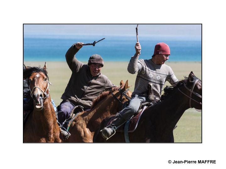 Dans cette version kirghize du football, ce n'est pas un ballon rond que l'on se dispute, mais une peau de chèvre.