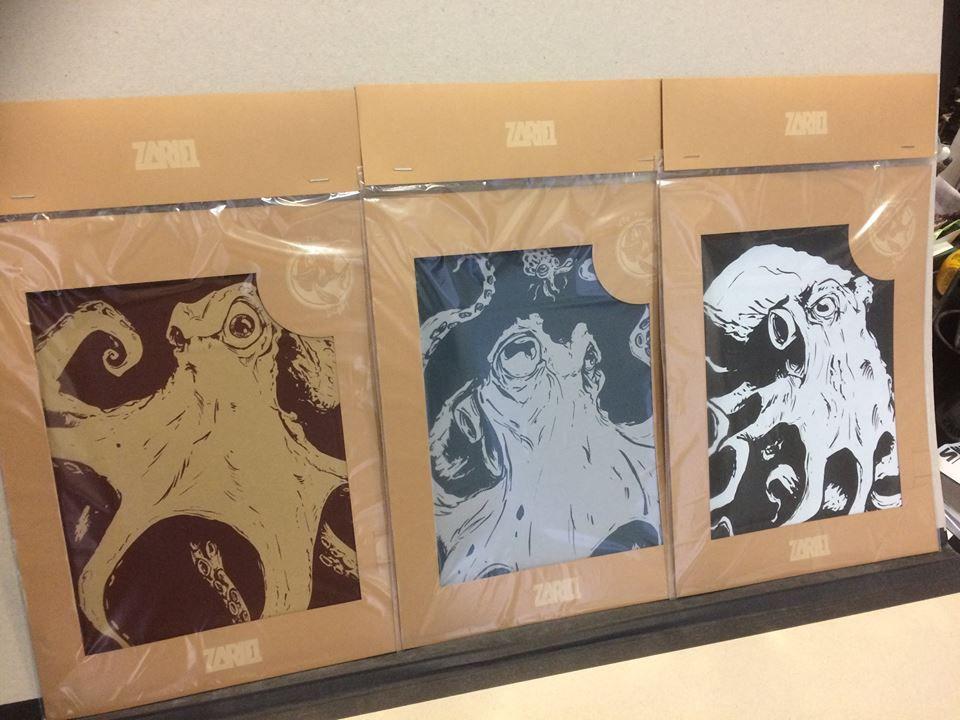 Zariel présentent ses 3 poulpes (sérigraphies A4) montrées sous le manteau.