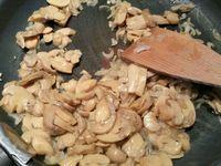 1 - Retirer le gras de la viande, saler et la caraméliser sur toutes les faces à la poêle dans un filet d'huile d'olive. Réserver sur une grille. Peler et émincer les échalotes, les faire revenir dans une poêle dans un filet d'huile d'olive et un peu de beurre jusqu'à ce qu'elles soient translucides, ajouter les champignons émincés, laisser revenir encore un peu, assaisonner avec sel et poivre, puis ajouter le persil haché et réserver.
