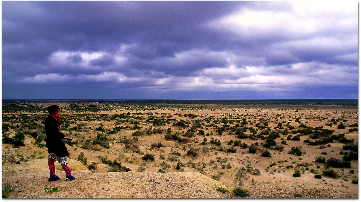 Face à eux, une étendue de sable à perte de vue. C'est tout ce qu'il reste de la mer d'Aral.