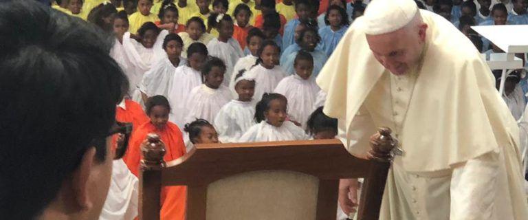 """L'hommage à Pedro Opeka par """"2424Mg"""" nommé pour le Prix Nobel de la Paix 2021 : Madagascar derrière le Père Pedro, artisan de la Paix"""