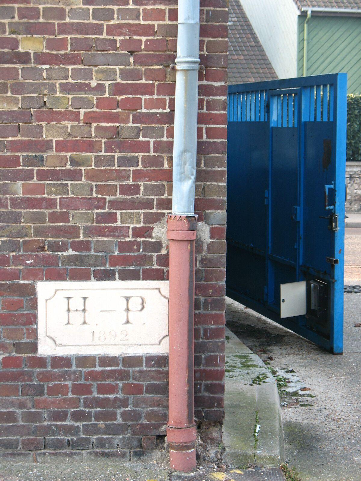 """Millésime """"1882"""" et initiales HP gravées sur une pierre calcaire de l'usine d'Henry Prieur (photographie d'Armand Launay, mars 2013)."""