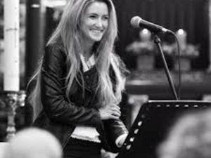 harmony highway, une chanteuse et présentatrice belge qui se produit régulièrement avec un pianiste et une voix si suave