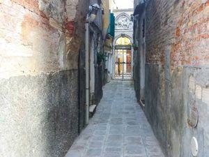 La deuxième photo montre l'étroitesse de certaines rues vénitiennes