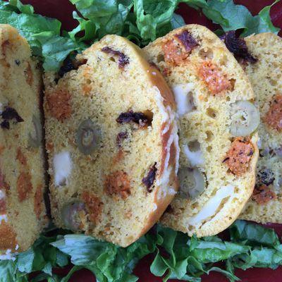Cake aux olives, tomates séchées et feta