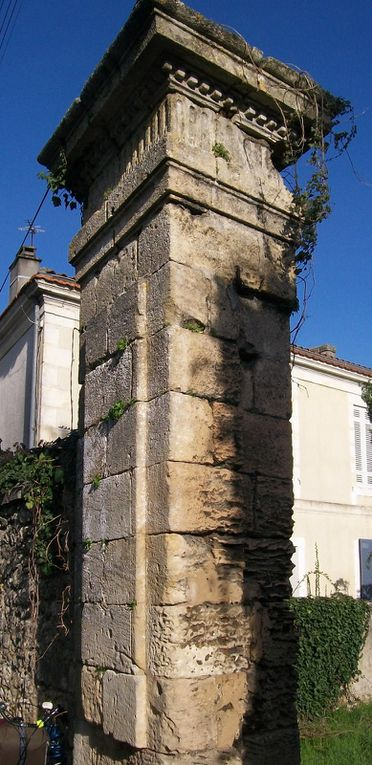 Détail du pilier du portail côté gauche, rue Seguin