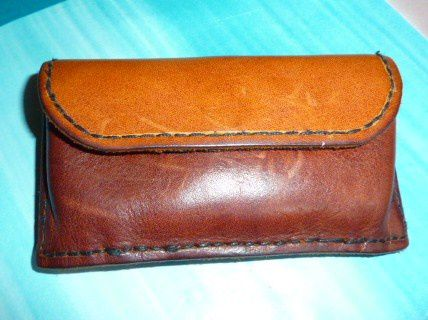 J'ai acheté du matériel et des chutes de cuir et me suis lancée dans la fabrication d'objets utiles.