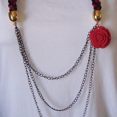 collier à la rose rouge