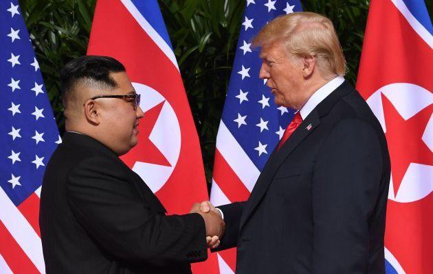 """EN DIRECT - Les images de la poignée de main historique entre Donald Trump et Kim Jong Un - Une discussion """"honnête, productive"""" (Donald Trump)"""