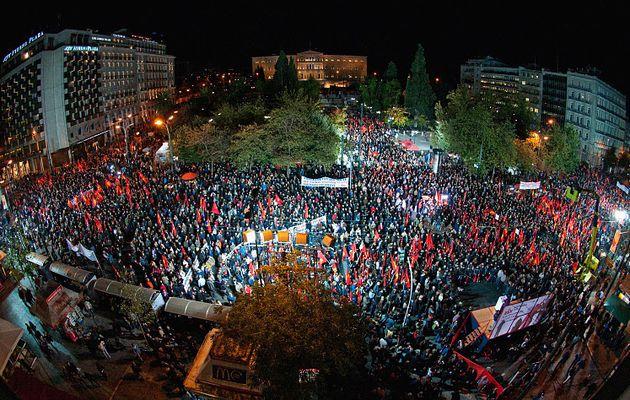 Le Parti communiste grec (KKE) réaffirme son opposition à la « voie à sens unique » des partis du consensus européiste et appelle le peuple grec à organiser sa colère avec le KKE