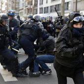 Les forces de police face aux terroristes ? Non ! Face aux lycéens ... Au moins 130 manifestants interpellés. Les arrestations ont été effectuées à Paris .