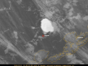 On the left, Bogoslof 21.12.2016 / 16h48 loc image Thermal InfraRed - AVO / Dave Schneider - on the right, the numerous flashes spotted in the plume - NOAA - a click to enlarge