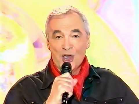 """Yves Mathieu, un chanteur français qui à 92 ans est propriétaire du lieu """"le lapin agile"""" depuis 1972 et qui continue de chanter"""