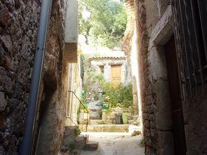 Dans les rues de l'un des plus beaux villages de France.