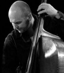 jérôme regard, un contrebassiste français coordinateur du département jazz au conservatoire national de région de lyon et professeur de contrebasse et basse électrique