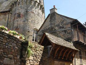 Le château et l'ancienne porte de l'enceinte.