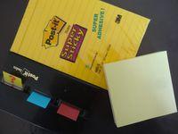 Gare, automate distribution de billets, carte routière Michelin, post-it de jaunes divers, Cl. Elisabeth Poulain