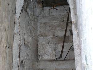 Ancien escalier reliant le chœur à la crypte (condamné depuis) et porte donnant accès à la fontaine depuis la rue Maxime-Marchand (clichés d'Armand Launay, septembre 2013).