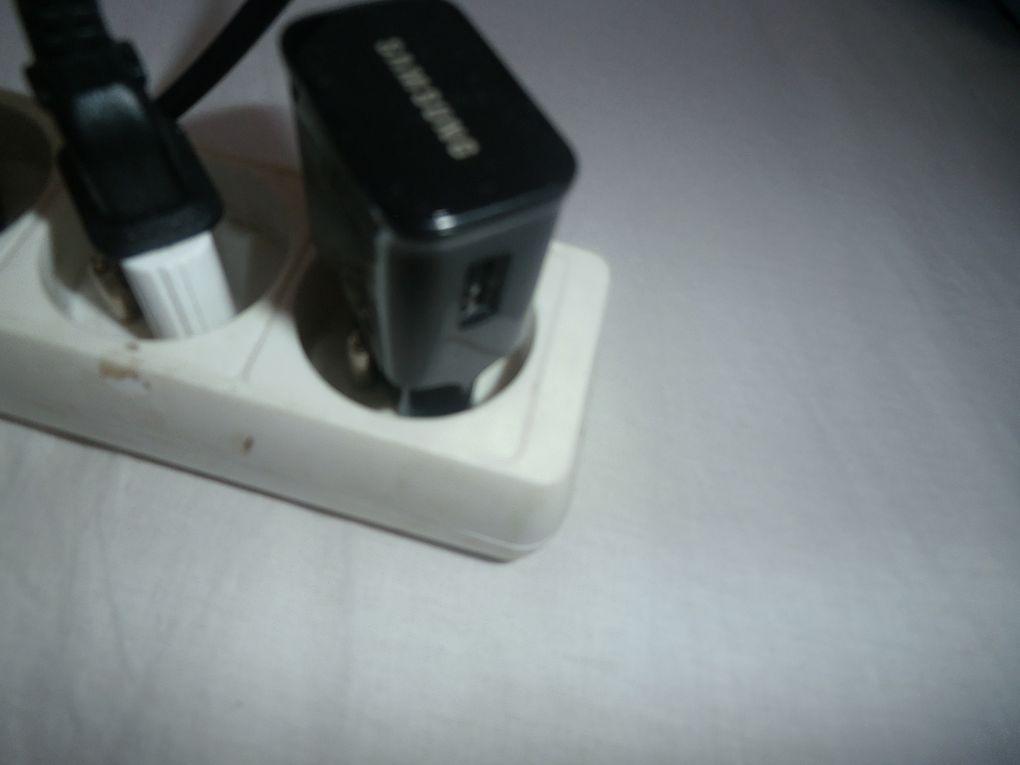 Recharger la batterie de n'importe quel appareil électronique devient très facile grâce à cette prise qui se branche sur le secteur et dans laquelle vient se fixer la clé USB de votre appareil.