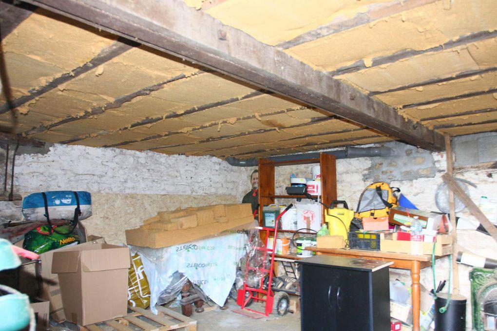 Isolation d'un plafond de cave avec 14,5cm de laine de bois entre les solives et 3.5cm de panneaux fibre de bois sur les solives..