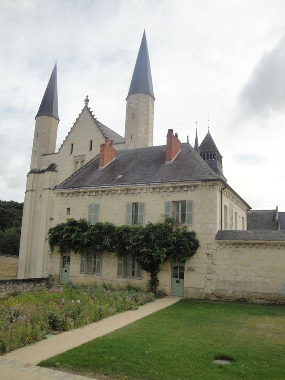 La cour avant de découvrir l'église abbatiale et les bâtiments qui l'entourent.