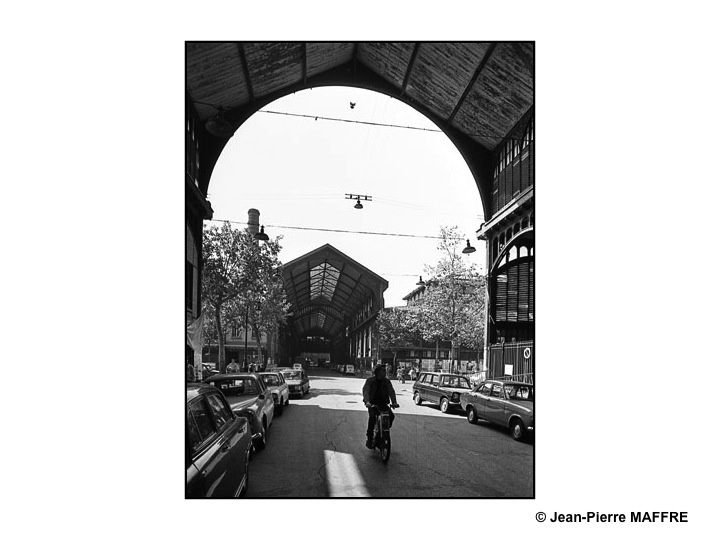 """Surnommées """"le ventre de Paris"""" par Emile Zola, les anciennes Halles étaient un monument chargé d'une très belle histoire qui s'est si mal terminée."""