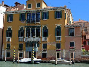 De nombreux palais et galeries bordent le grand canal, Venise.
