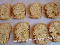 asperges vertes, jambon et copeaux de parmesan sur pain au maïs