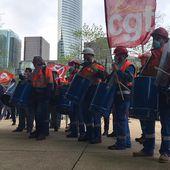 Devant la tour Total, les raffineurs et leurs soutiens donnent le départ de la bataille pour Grandpuits