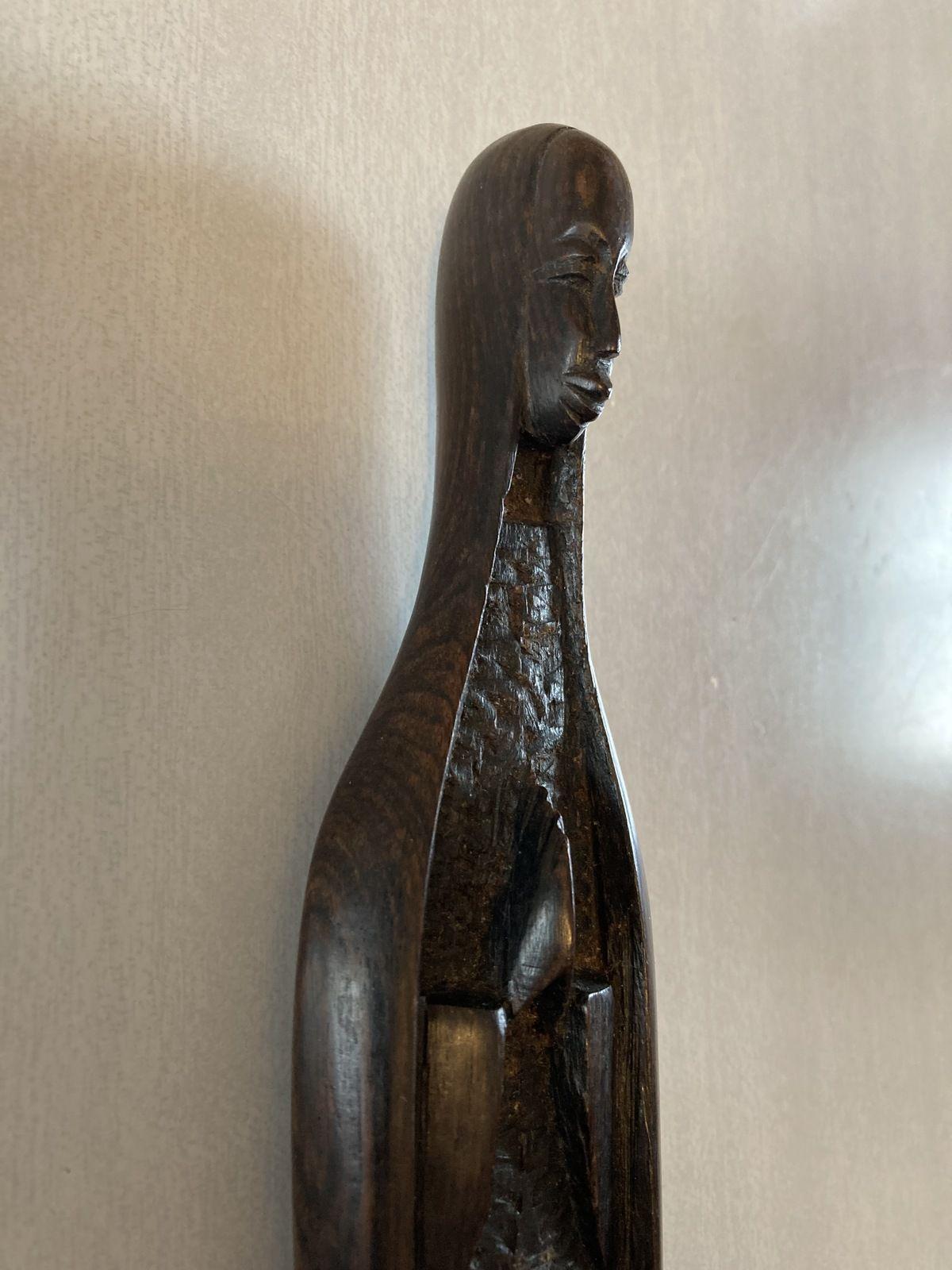 Cette Marie de l'artisanat négro-africain a des traits nettement négroïdes, mais elle est perçue comme la mère de Dieu. Marie est universelle.