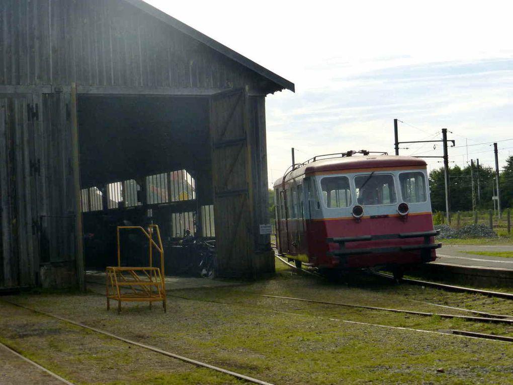 La locomotive La Chéronneet l'autorail de 32 places