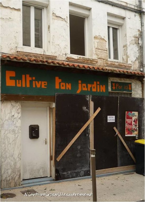 un blason sur un mur , un magasin original , une enseigne spéciale, et une maison peu commune
