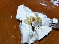 1 - Oter la base de l'endive laver, bien égoutter et sécher au papier absorbant. Réserver 8 belles feuilles et émincer le reste. Mélanger à la fourchette dans un récipient les 2 sortes de fromage, un filet de jus de citron, la moutarde, une pincée de sel et du piment de Cayenne. Puis incorporer l'endive émincée, la ciboulette et le persil finement ciselés, les noix concassées et le saumon fumé taillé en petits dés. Bien mélanger à nouveau et rectifier l'assaisonnement.