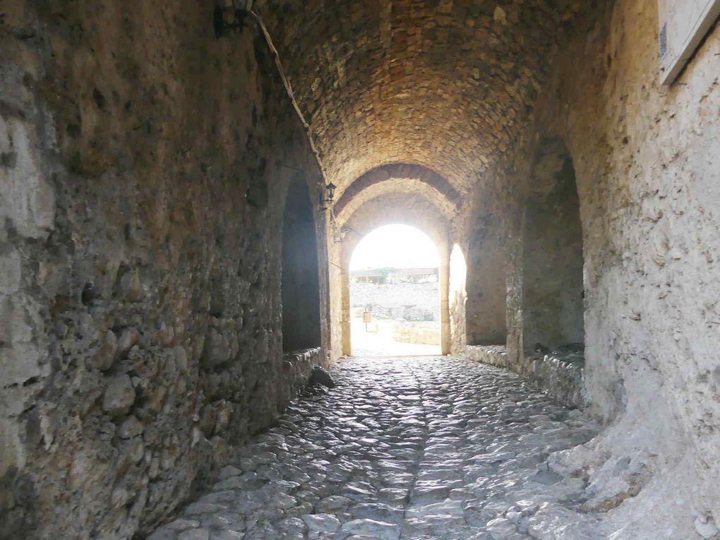 La ruelle pavée conduit à la forteresse et au musée.
