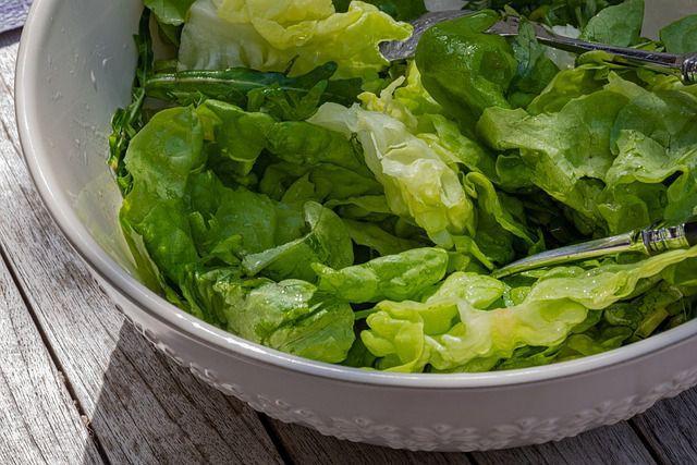 Salade verte pour accompagner les œufs mimosa au saumon fumée