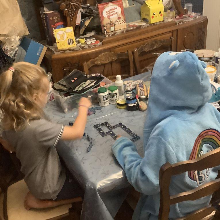 Résine époxy: un joli jeu de dominos à paillettes bleues irisée