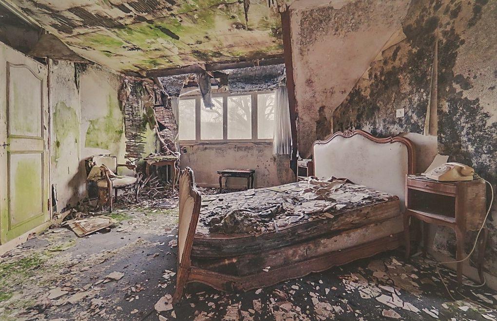 Quelques unes des photos de chambres à coucher délabrées présentes à l'expo de la médiathèque.