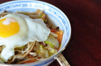 Yakisoba sauce with fried egg