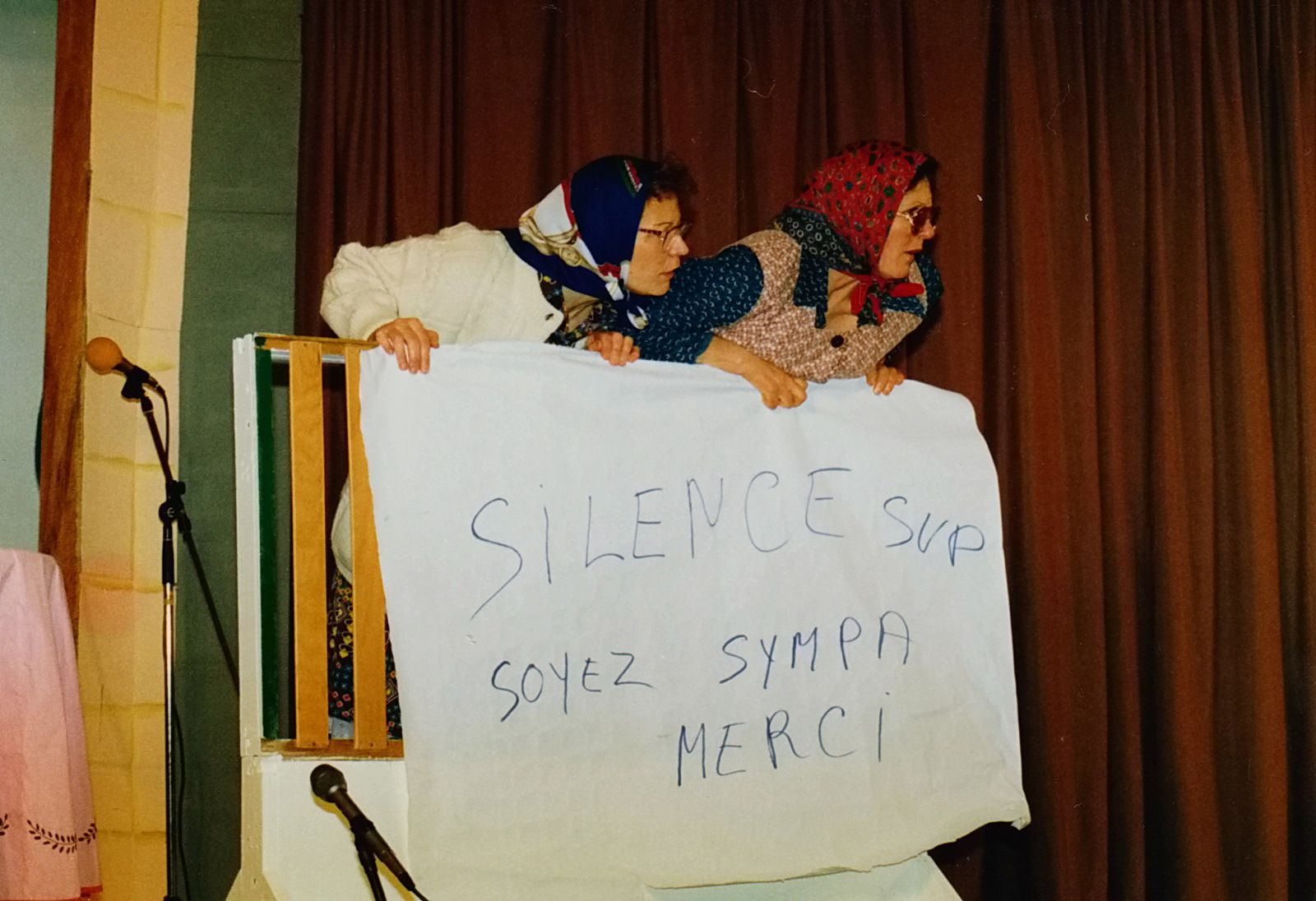 Gros succès des vamps ! Elles demandaient le silence à la salle, qui riait trop fort !