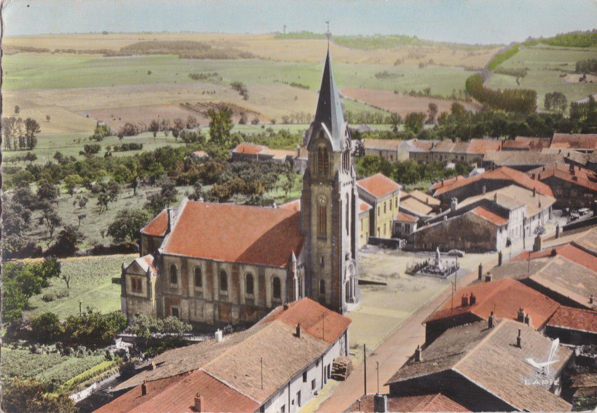 Photo aérienne, avant l'expansion du village dans les années 1960 sq.